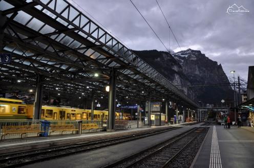 Poranek na dworcu w Lauterbrunnen. Czekamy na pierwszy pociąg do Kleine Scheidegg